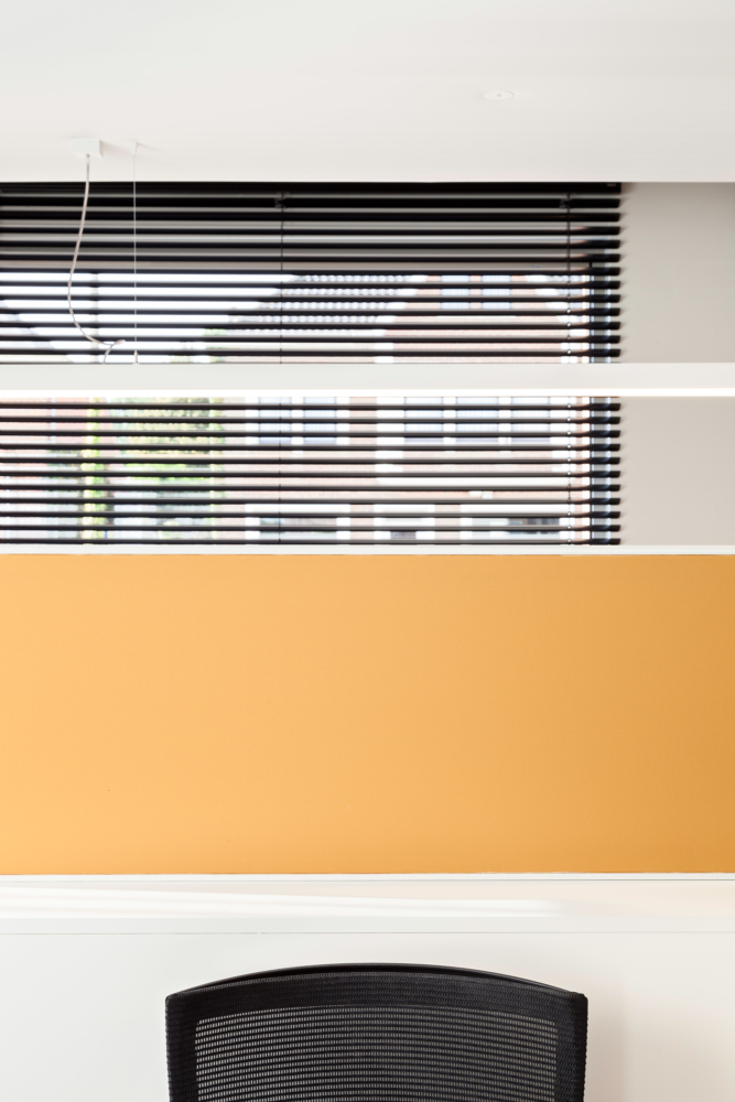 photo by Bert Vereecke of interior detail (offices Fiduro, Wetteren) for Liquidfloors and Kanvas Spanplafonds